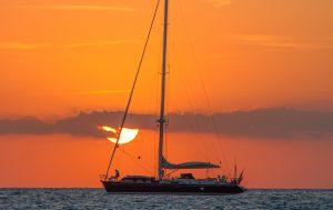 Segelbåt i solnedgång.